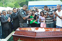 RIO DE JANEIRO, RJ, 05.05.2015 - CRIME-RJ - Sepultamento do Sargento PM Fabio Santana de Albuquerque 37 anos 41 BPM no Cemitério da Saudade em Sulacap na região norte do Rio de Janeiro, nesta terça-feira, 05. O sargento foi morto em uma operação no complexo do Chapadão. (Foto: Celso Barbosa / Brazil Photo Press).