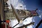 UTRECHT - 01-11-2005 - In Utrecht is met hulp van twee zware kranen van Mammoet de montage begonnen van de zwaarste betonbalken nodig voor de uitbreiding van parkeergarage Transferium Westraven. Het complex wordt ondanks gebrek aan belangstelling door winkelend publiek, door Hegeman Beton- en Industriebouw uit Amersfoort uitgebreid met drie extra parkeerdekken. De extra parkeerlagen worden in opdracht van de gemeente Utrecht gebouwd om te verhuren aan het personeel van het ernaast gelegen rijkswaterstaatgebouw Westraven dat momenteel ook wordt uitgebreid .Uiteindelijk moet de parkeergarage die vanaf de snelweg herkenbaar is door de opvallende toren erop, ruimte gaan bieden aan 1400 parkeerplaatsen. COPYRIGHT TON BORSBOOM