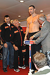 15.10.2010, Karstadt Sport, Hamburg, GER, Weltmeisterschaft Schwergewicht, Dr. Vitali Klitschko (GER) vs Shannon Briggs (USA), im Bild Vitali Klitschko auf der Waage Foto © nph / Witke