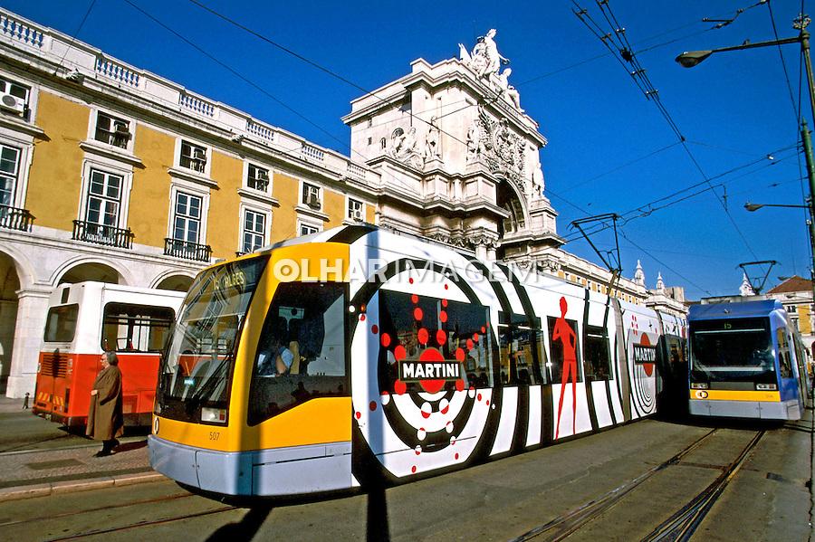 Trens no Largo do Comércio em Lisboa. Portugal. 1999. Foto de Juca Martins.