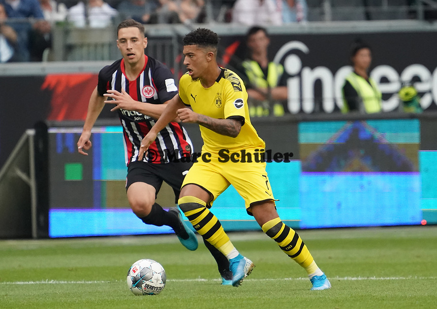 Jadon Sancho (Borussia Dortmund) gegen  Dominik Kohr (Eintracht Frankfurt) - 22.09.2019: Eintracht Frankfurt vs. Borussia Dortmund, Commerzbank Arena, 5. Spieltag<br /> DISCLAIMER: DFL regulations prohibit any use of photographs as image sequences and/or quasi-video.