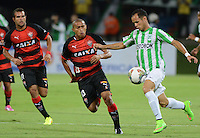 MEDELLÍN -COLOMBIA-01-10-2014. Alejandro Guerra (Der) jugador de Atlético Nacional de Colombia disputa el balón con Nino Paraíba (C) jugador de Vitória de Brasil durante juego de ida de los octavos de final en la Copa Total Sudamericana 2014 realizado en el estadio Atanasio Girardot de Medellín./ Alejandro Guerra (R) player of Atletico Nacional of Colombia fights for the ball with Nino Paraiba (C) player of Vitoria of Brazil during the first leg match for the knockout stage of the Copa Total Sudamericana 2014 played at Atanasio Girardot stadium in Medellin. Photo: VizzorImage/Luis Ríos/STR