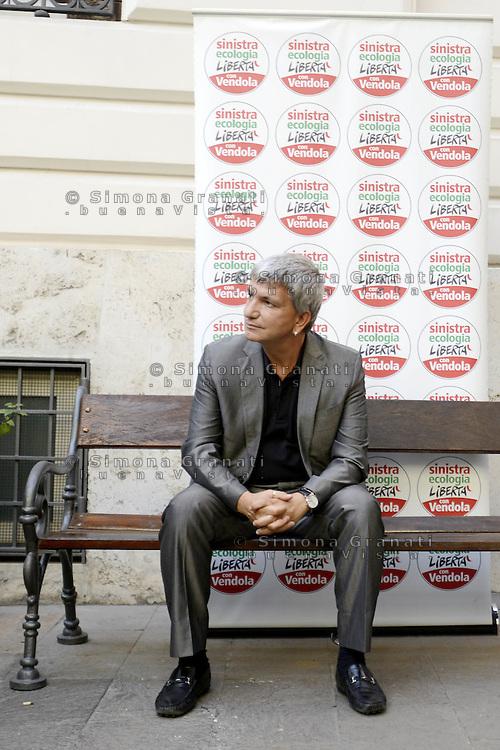 Roma, 9 Luglio 2012.Centro congressi  i Cavour.Assemblea della direzione del Partito Sinistra ecologia e Libertà. Il presidente Nichi Vendola su una panchina