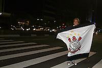 SAO PAULO, SP, 19 DE MAIO DE 2013 -  CAMPEONATO PAULISTA, O Corinthians conquistou neste domingo seu 27º título de Campeonato Paulista de sua história. Jogando na Vila Belmiro, em Santos. Na Av Paulista, tradicional ponto de comemorações, só uma trocedora sozinha comemorava o titulo. FOTO: MAURICIO CAMARGO / BRAZIL PHOTO PRESS.