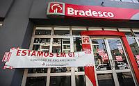 ATENCAO EDITOR: FOTO EMBARGADA PARA VEICULO INTERNACIONAL - SAO PAULO, SP, 18 DE SETEMBRO 2012 - GREVE DOS BANCARIOS - - Agências bancarias fechadas na manhã desta terça-feira (18) no bairro da Mooca regiao leste da capital paulista. Os bancários de todo o País entram em greve por tempo indeterminado. A Fenaban apresentou proposta de reajuste salarial muito distinta da reivindicação dos bancários. Os banqueiros apresentaram proposta de reajuste linear para salários, pisos e benefícios de 6,0%. Os trabalhadores, pedem 10,25%, sendo 5,0% de aumento real. FOTO: VANESSA CARVALHO - BRAZIL PHOTO PRESS.