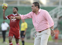 VILLAVICENCIO -COLOMBIA-12-10-2014. John Jairo Lopez técnico de América de Cali gesticula durante partido contra Llaneros FC por fecha 15 del Torneo Postobón 2014 II jugado en el estadio Manuel Calle Lombana de  Villavicencio./ John Jairo Lopez coach of America de Cali gestures during match against Llaneros FC for the 15th date of the Postobon Tournament 2014 II played at Manuel Calle Lombana stadium in Villavicencio city. Photo: VizzorImage/ Gabriel Aponte / Staff