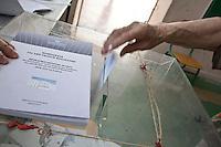 Atene,17 giugno 2012 elezioni politiche nazionali: una mano inserisce la scheda nell'urna in un seggio della citt&agrave;.<br /> Athens, June 17, 2012 national elections, voting<br /> Ath&egrave;nes, Juin 17, 2012 &eacute;lections nationales, les bureaux de vote