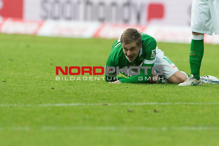 14.02.2015, Weser Stadion, Bremen, GER, 1.FBL. Werder Bremen vs 1. FC Augsburg, im Bild<br /> <br /> Felix Kroos (Bremen #18)<br /> Einzelaktion, Ganzk&ouml;rper / Ganzkoerper,<br /> liegt auf den Rasen<br /> <br /> <br /> <br /> <br /> Foto &copy; nordphoto / Kokenge