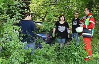 Stefan Rübsamen vom DRK Darmstadt weist die Mimen für das Szenario der Großübung ein - Messel/Egelsbach 12.05.2018: Feuerwehr-Großübung im Wald
