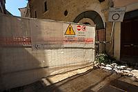Transenne e puntellamenti sono ancora visibili in tutta la città , a tre anni dal terremoto. .Crush barrier and shoring are still visible throughout the city, after three years from Earthquake.