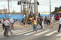 SÃO PAULO, SP, 07 DE JANEIRO DE 2012 - ACIDENTE SALIM FARAH MALUF - Motorista de caminhão perdeu o controle e se chocou contra um poste na Avenida Salim Farah Maluf no início da manhã de hoje, 07. O acidente paralisou temporariamente as pistas no sentido centro. FOTO: ALEXANDRE MOREIRA - NEWS FREE.