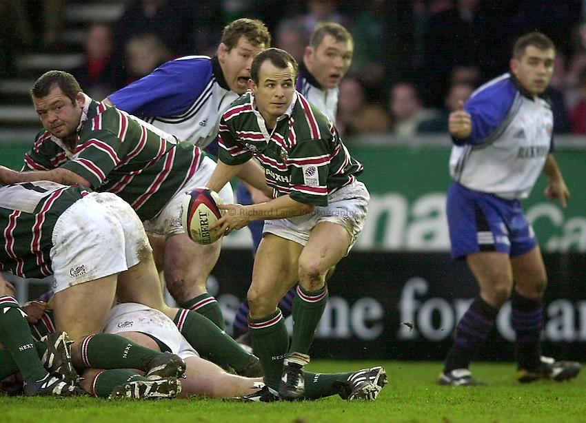 Photo. Richard Lane. .Leicester v Bath. Zurich Premiership. 16/12/2000..Austin Healey gets the ball away.