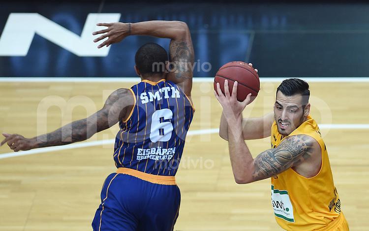 Basketball  1. Bundesliga  2015/2016  Hauptrunde  3. Spieltag  10.10.2015 Walter Tigers Tuebingen - Eisbaeren Bremerhaven Mahir Agva (re, Tigers) gegen Jerry Smith (li, Bremerhaven)