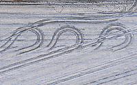 Winter Spur : EUROPA, DEUTSCHLAND, NIEDERSACHSEN, LUENEBURG (EUROPE, GERMANY), 10.01.2009: Europa, Luftbild, Luftaufnahme, aerial view, Deutschland, Niedersachsen,  Feld, Winterstimmung, Felder, Landwirtschaft, Agrarwirtschaft, Bauern, Bauer, Spuren, Traktorenspuren, Winter, Luftsicht, Draufsicht, Uebersicht, Blick, Spur, Spuren, Drehung, Umdrehen, wenden, Richtungswechsel um 180 Grad,  Luftbild, Luftansicht, Air, Aufwind-Luftbilder..c o p y r i g h t : A U F W I N D - L U F T B I L D E R . de.G e r t r u d - B a e u m e r - S t i e g 1 0 2, .2 1 0 3 5 H a m b u r g , G e r m a n y.P h o n e + 4 9 (0) 1 7 1 - 6 8 6 6 0 6 9 .E m a i l H w e i 1 @ a o l . c o m.w w w . a u f w i n d - l u f t b i l d e r . d e.K o n t o : P o s t b a n k H a m b u r g .B l z : 2 0 0 1 0 0 2 0 .K o n t o : 5 8 3 6 5 7 2 0 9.V e r o e f f e n t l i c h u n g  n u r  m i t  H o n o r a r  n a c h M F M, N a m e n s n e n n u n g  u n d B e l e g e x e m p l a r !.