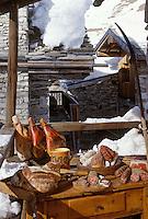 Europe/Savoie/Val d'Isère: Charcuterie de Savoie Jambon de Montagne, saucisson aux herbes , jésus, photographiés devant un vieux chalet du hameau du Fornet