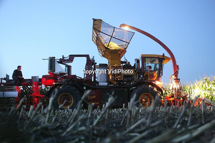 Foto: VidiPhoto..DODEWAARD - Landbouwmechanisatiebedrijf Vredo in Dodewaard heeft een Europese primeur: een maïshakselaar, maïsperser en -verpakker in één. Eén persoon en één machine is nu voldoende om de maïsoogst van het land te krijgen. Er hoeft nu geen tractor met bunker (opslag) meer naast te rijden. De maïs wordt direct geperst en tot balen (met daaromheen folie) verwerkt. Behalve dat er op loonkosten wordt bespaard, is het produkt ook droger met als gevolg een langere houdbaarheid. De ultra moderne machine, die binnen nu en twee jaar in produktie komt, wordt op dit moment in alle stilte getest.