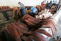 Producci—n de arciones a dem‡s de bastos y tapaderas  hechas a base de baqueta proveniente de Le—n Guanajuato a la cual se le da forma en el taller