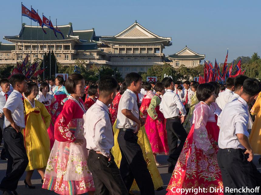 Tanzveranstaltung in Pyongyang, Nordkorea, Asien<br /> Public dancing in Pyongyang, North Korea, Asia