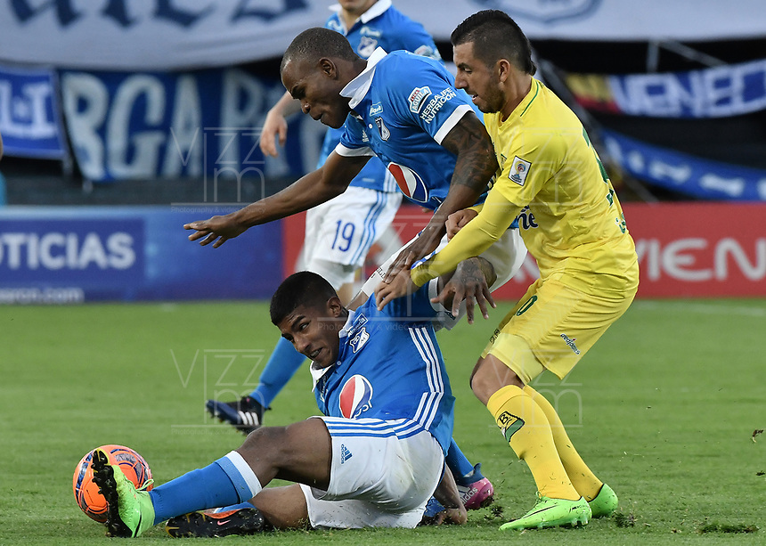 BOGOTA - COLOMBIA -04 -06-2017: Harold Santiago Mosquera (Izq) y Jair Palacios (C) jugadores de Millonarios disputan el balón con John Perez (Der) jugador de Atlético Bucaramanga durante partido de vuelta  partido de vuelta por los cuadrangulares finales de la Liga Aguila I 2017 jugado en el estadio Nemesio Camacho El Campin de la ciudad de Bogota. / Harold Santiago Mosquera (L) and Jair Palacios (C) players of Millonarios fight for the ball with John Perez (R) player of Atletico Bucaramanga during secong leg match for the final quadrangulars of the Liga Aguila I 2017 played at the Nemesio Camacho El Campin Stadium in Bogota city. Photo: VizzorImage / Gabriel Aponte / Staff.