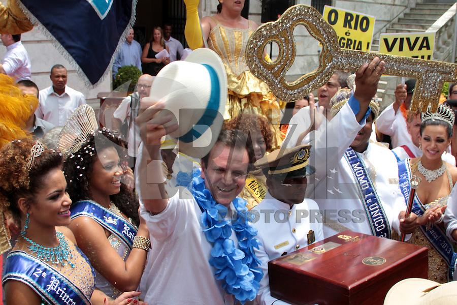 RIO DE JANEIRO; RJ; 08 DE FEVEREIRO 2013 - INÍCIO OFICIAL DO CARNAVAL DO RIO DE JANEIRO - O prefeito Eduardo Paes com a bandeira olímpica que seguirá para o Sambódromo na entrega a chave da cidade para a Corte Real do Carnaval - Rei Momo, rainha e princesas - oficializando o início da festa no Rio. FOTO: NÉSTOR J. BEREMBLUM - BRAZIL PHOTO PRESS.