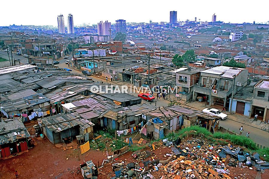 Casas e barracos na favela de Heliópolis. São Paulo. 1994. Foto de Juca Martins.