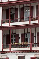 Europe/France/Aquitaine/64/Pyrénées-Atlantiques/Pays-Basque/Saint-Jean-de-Luz: Maison à galerie sur le port - Quai de l'Infante