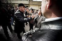 La police est en surnombre, elle arrête le cortège pour l'empêcher de joindre la zone frontière. Ayse Gokkan, madame le maire, et Sara Kaya, le futur maire, négocient avec les responsables des forces de l'ordre le droit d'aller et venir à sa guise, un droit fondamental en démocratie. Ils s'emportent, la tension est palpable, la rue s'échauffe.