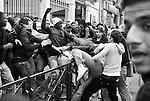 De temps à autre, des bagarres éclatent entre jeunes de banlieues rivales, brèves mas violentes.