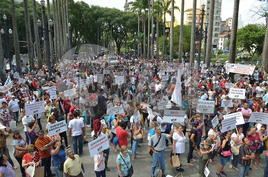 SAO PAULO, 15 DE MARCO DE 2013 - MANIFESTACAO PROFESSORES - Professores e funcionarios da Educação realizam manifestação por melhores salarios e condições de trabalho, na Praça da Sé, regiao central, na tarde desta sexta feira, 15.. (FOTO: ALEXANDRE MOREIRA / BRAZIL PHOTO PRESS)