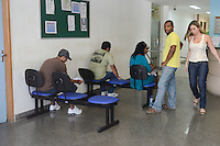 RIO DE JANEIRO, RJ, 28 JULHO 2012 - LIBERACAO DO CORPO DA BRUNA DE 11 ANOS MORTA EM OPERACAO DO BOPE-  O pai e a irmã da menina Bruna da Silva Ribeiro, de 11 anos, morta após ser atingida por uma bala perdida na Favela da Quitanda, em Costa Barros, estão no Instituto Médico Legal (IML) aguardando a liberação do corpo, no Centro do Rio de Janeiro (RJ). Ela será enterrada na tarde deste sábado no Cemitério do Caju, na Região Portuária do Rio, às 16h. (FOTO: MARCELO FONSECA / BRAZIL PHOTO PRESS).