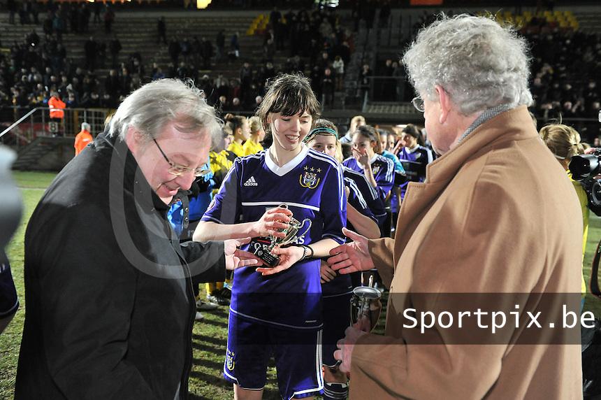 Waasland Beveren Sinaai Girls - RSC Anderlecht : Julie Van Gysel  krijgt een beker van François De Keersmaecker (links) en Marc Lesenfants (rechts).foto DAVID CATRY / Nikonpro.be