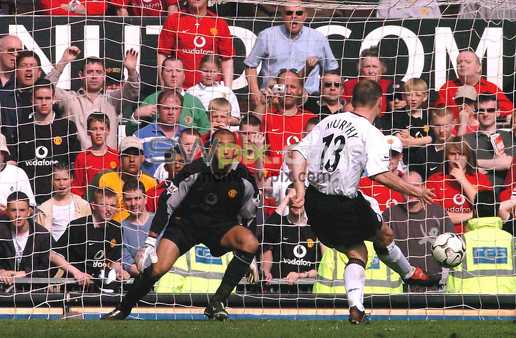 Pix: Ben Duffy/SWpix.com Premiership Football....Manchester United v Liverpool.... 24/04/2004...COPYRIGHT PICTURE>>SIMON WILKINSON>>01943 608782>>..Liverpool's Danny Murphy slots a penalty past Tim Howard to give his team the lead