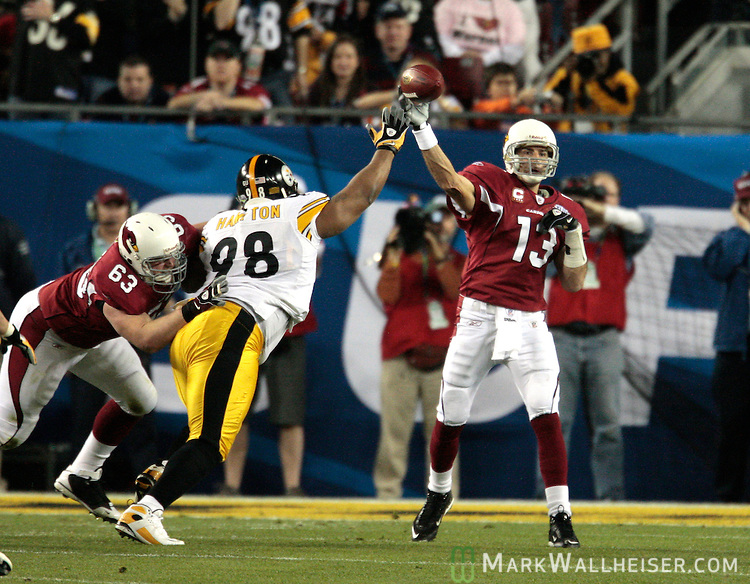 Arizona Cardinals quarterback Kurt Warner passes against the Pittsburgh Steelers during their NFL game, the 43rd Super Bowl, in Tampa, Florida February 1, 2009.  The Pittsburgh Steelers defeated the Arizona Cardinals 27-23.  (Mark Wallheiser/RRA-Media)