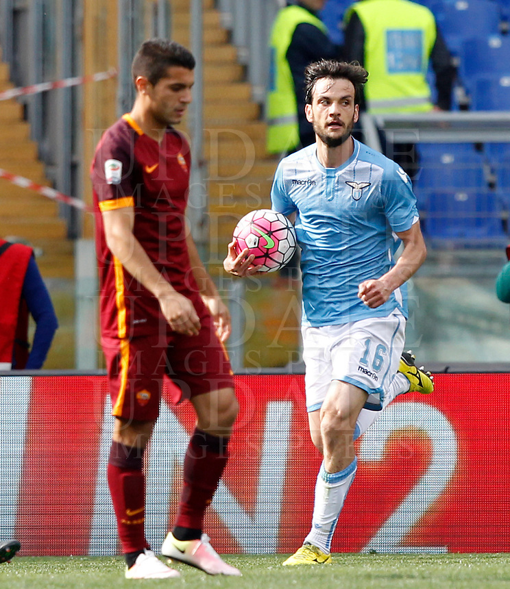 Calcio, Serie A: Lazio vs Roma. Roma, stadio Olimpico, 3 aprile 2016.<br /> Lazio&rsquo;s Marco Parolo, right, holds the ball after scoring during the Italian Serie A football match between Lazio and Roma at Rome's Olympic stadium, 3 April 2016.<br /> UPDATE IMAGES PRESS/Riccardo De Luca