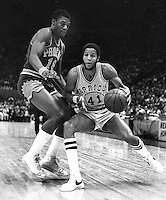 Golden State Warrior Jamaal Wilkes guarded by Phoenix Suns #18 Curtis Perry (1976 photo/Ron Riesterer)