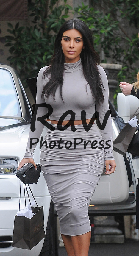 Kim y Khloe Kardashian han salido a comer en Beverly Hills.<br /> <br /> Photo &copy;2014: The Grosby Group<br /> <br /> Los Angeles, December 19, 2014<br /> Kim and Khloe Kardashian look stylish while out and about in Beverly Hills, CA.