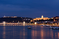 HUN, Ungarn, Budapest, Blick ueber Donau mit Kettenbruecke, Budaer Burgberg, Budaer Burgpalast und Zitadelle am Abend, UNESCO Weltkulturerbe | HUN, Hungary, Budapest, view across Danube with Chain-Bridge, Castle District, Royal Palace and citadel, UNESCO World Heritage, evening