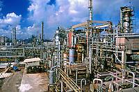 Refinaria de petróleo no Polo Petroquímico de Camaçari na Bahia. 1998. Foto de Rogério Reis.