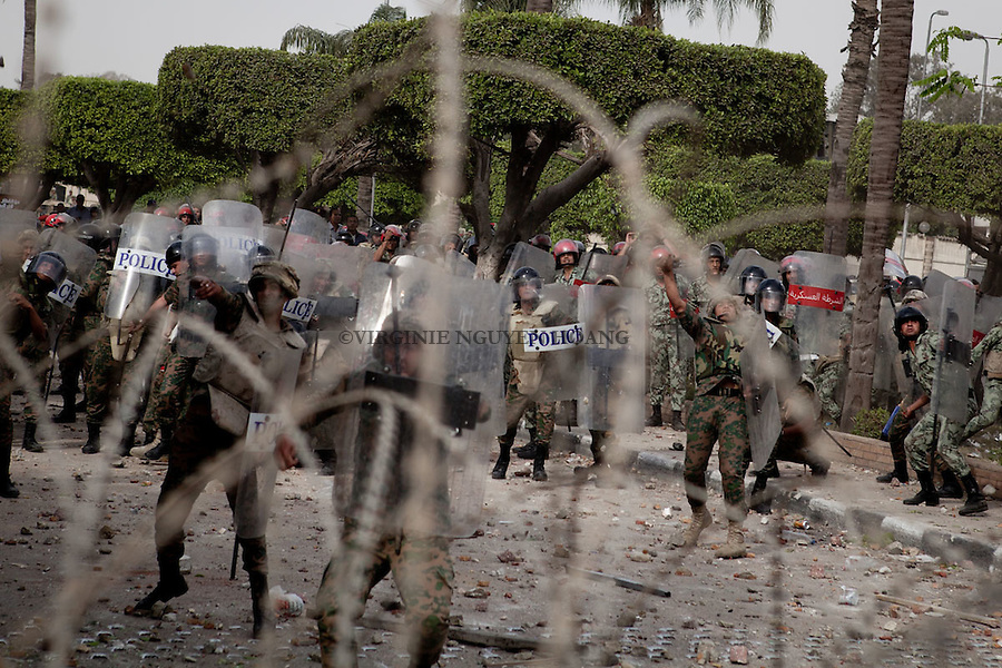 ©VIRGINIE NGUYEN HOANG/WOSTOK PRESS.Egypt,Cairo.04/05/2012..Egyptian armed forces and protesters clashed in Cairo last friday. Troops used water cannon and rocks to disperse demonstrators trying to reach the Defense Ministry..Protesters threw rocks at the troops...les forces armees egyptiennes et les manifestants se sont affrontés au Caire le vendredi 04 mai 2012. Les troupes armees ont utilise des canons à eau et lance des pierres pour disperser les manifestants qui tentaient de rejoindre le ministère de la Défense..Les manifestants repondaient en jetant des pierres sur les troupes armees.