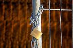 LEIDSCHE RIJN - Een eenvoudig hangslot aan ketting moet een bouwplaats met hekken beveiligen tegen diefstal van bouwmateriaal, criminaliteit, vernielingen en vandalisme. Het hek is overdag open, en in de avond gesloten. COPYRIGHT TON BORSBOOM