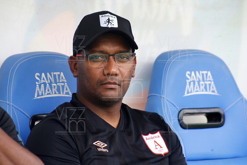 SANTA MARTA - COLOMBIA, 18-05-2019: Jersson Gonzalez técnico de América gesticula durante el partido por la fecha 3, cuadrangulares semifinales, de la Liga Águila I 2019 entre Unión Magdalena y América de Cali jugado en el estadio Sierra Nevada de la ciudad de Santa Marta. / Jersson Gonzalez coach of America gestures during match for the date 3 of the semifinal quadrangular as part Aguila League I 2019 between Union Magdalena and America de Cali played at Sierra Nevada stadium in Santa Marta city. Photo: VizzorImage / Gustavo Pacheco / Cont