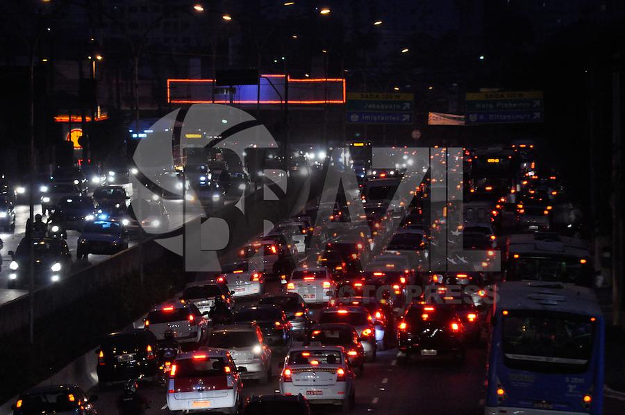 ATENÇÃO EDITOR: FOTO EMBARGADA PARA VEÍCULOS INTERNACIONAIS - SAO PAULO, SP, 19 SETEMBRO DE 2012 – TRANSITO SP – Transito congestionado na Av. Rubem Berta sentido Interlagos, próximo ao Aeroporto de Congonhas na tarde desta quarta feira (19) em São Paulo. (FOTO: LEVI BIANCO / BRAZIL PHOTO PRESS).