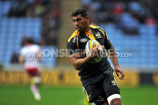 Charles Piutau of Wasps in possession. Aviva Premiership match, between Wasps and Gloucester Rugby on November 8, 2015 at the Ricoh Arena in Coventry, England. Photo by: Patrick Khachfe / Onside Images