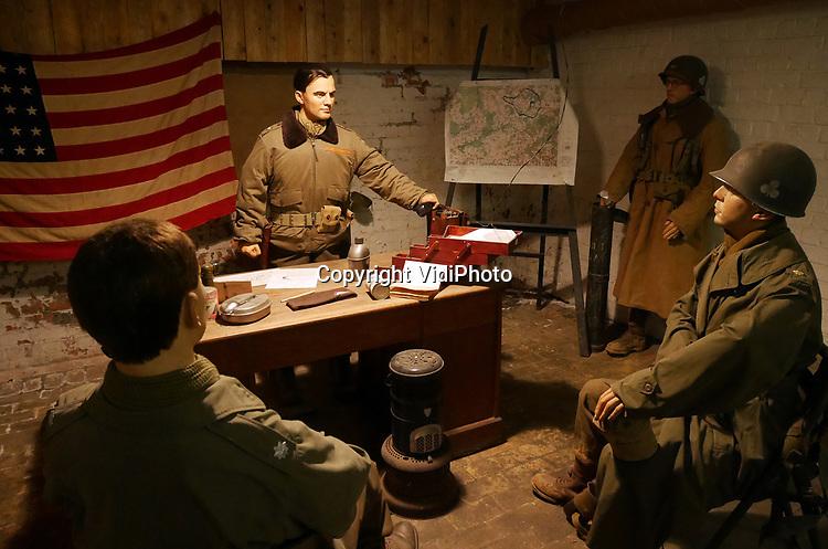 Foto: VidiPhoto<br /> <br /> BASTOGNE – Op 16 december is het precies 75 jaar geleden dat Hitler een laatste serieuze poging deed om de geallieerde opmars tot stilstand te brengen en de haven van Antwerpen in handen te krijgen. Het Ardennenoffensief was tegen de zin van de Duitse generaals, omdat er onvoldoende getrainde manschappen beschikbaar waren en nauwelijks brandstofvoorraden. In totaal kwamen er 160.000 militairen aan zowel Duitse als geallieerde zijde om het leven. Ion Bastogne en omgeving zijn er diverse oorlogsmusea en monumenten die herinneren aan het Ardennenoffensief. Foto: Een historische setting in Bastogne Barracks; het hoofdkwartier van generaal McAuliffe.