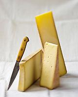 Gastronomie/ Fromages des Savoies pour la fondue savoyarde: AOP Beaufort, AOP Comté, AOP Abondance