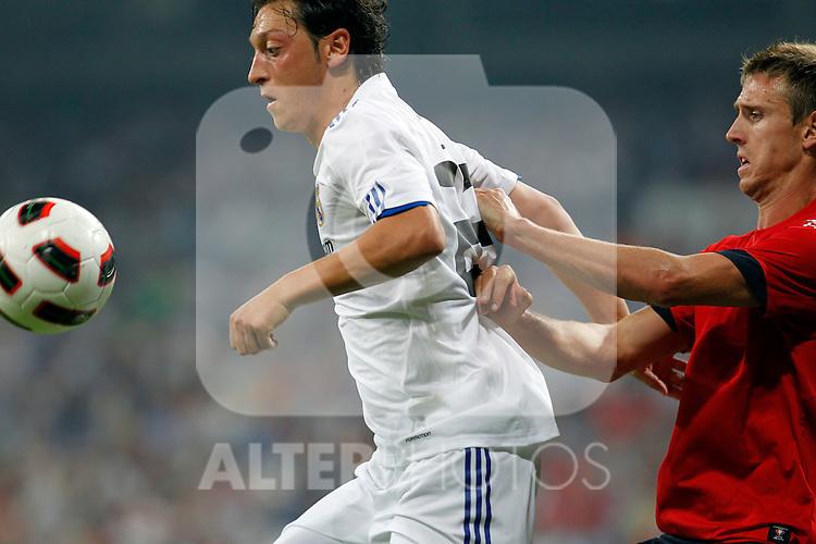 Madrid (11/09/10).- Estadio Santiago Bernabeu..Campeonato Nacional de Liga 2ª Jornada..Real Madrid 1- Osasuna 0.Mesut Ozil y Monreal...© Alex Cid-Fuentes/ALFAQUI