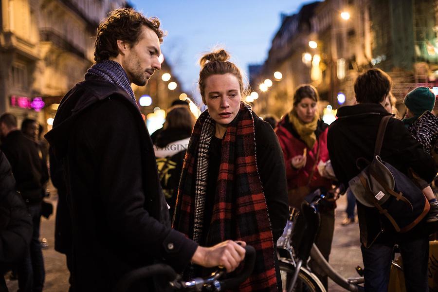 BRUXELLES, BELGIQUE: Un jeune couple devant la Bourse de Bruxelles a rejoint le rassemblement pour les victimes des attentats  le 22 mars 2016. Dans la matinée du 22 mars 2016 des attaques ont eu lieu à l'aeroport de Zaventem et dans la station de métro de Mealbeek. Ces attaques terroristes ont fait 31 morts et 340 blessés à Bruxelles.