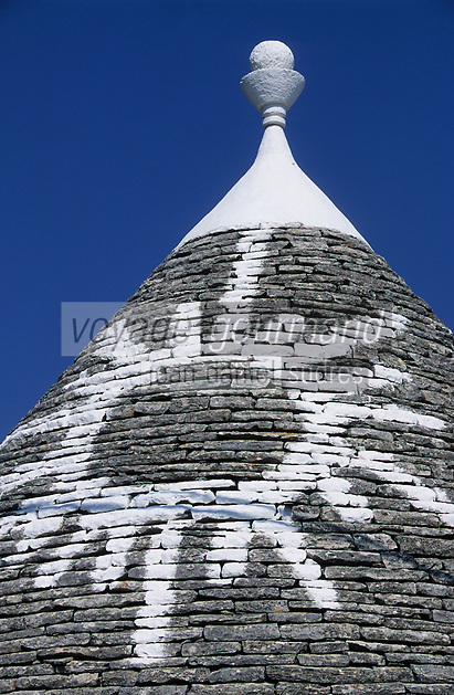 Europe/Italie/Pouille/Terra dei Trulli/Alberobello : Toit d'un trulli (construction carré surmontée d'un toit conique couvert de chiancarelle, tuiles en calcaire gris de la région) portant des signes magiques