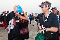 13 MAR 2010 - ABU DHABI, UAE - Julie Dibens shares a joke with husband Mike as she prepares for the start of the race - Abu Dhabi International Triathlon (PHOTO (C) NIGEL FARROW)