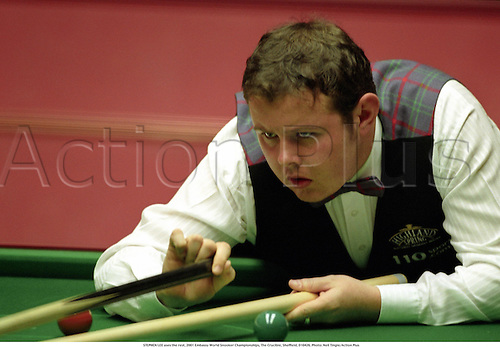 STEPHEN LEE uses the rest, 2001 Embassy World Snooker Championships, The Crucible, Sheffield, 010426. Photo: Neil Tingle/Action Plus...2001.ball